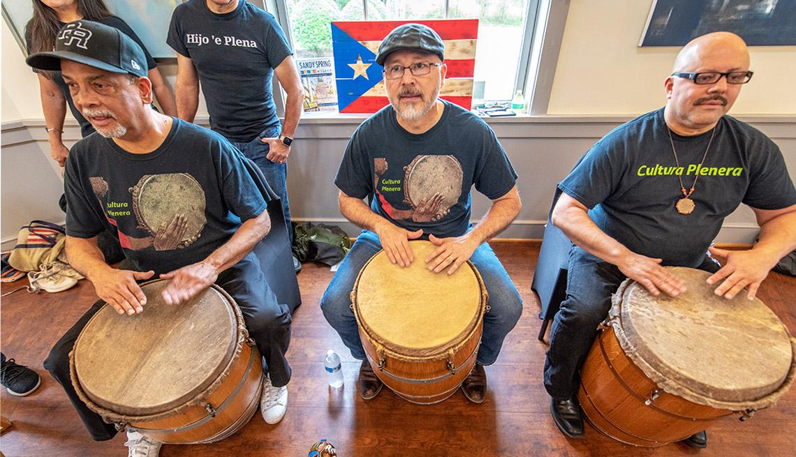 Tres músicos tocan tambores