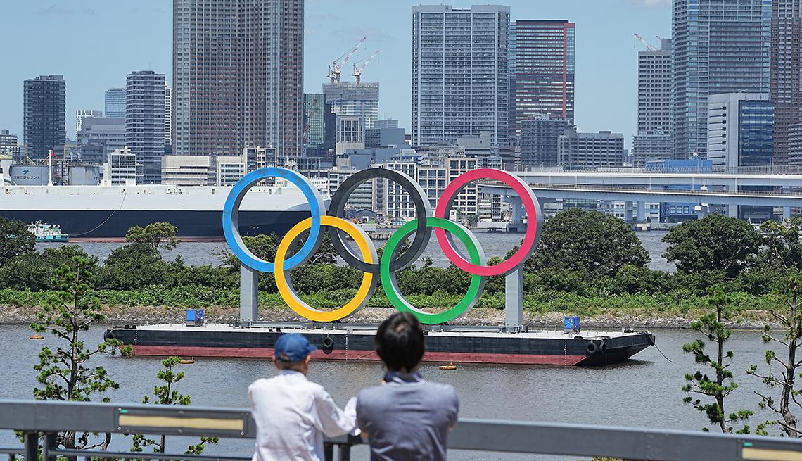 Versión a gran escala de los cinco coloridos anillos olímpicos