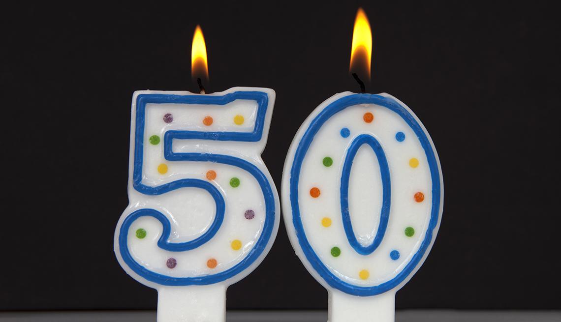Dos velas con la forma del número 50