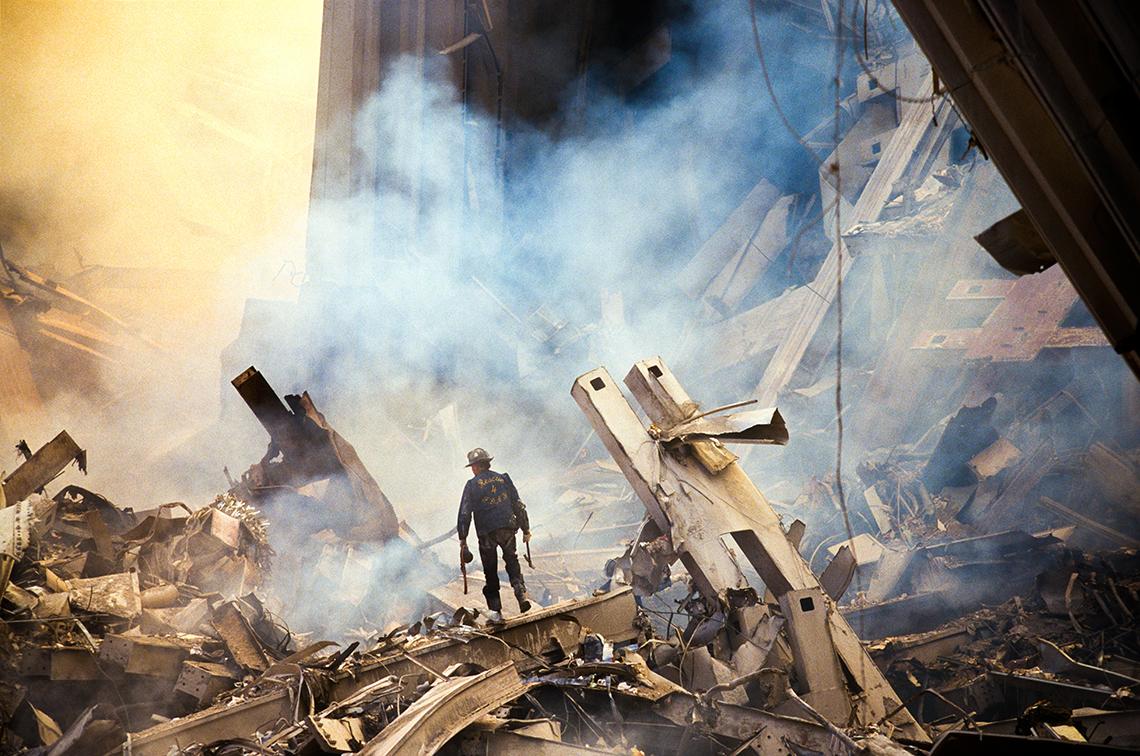Un socorrista solitario en medio de los escombros del World Trade Center