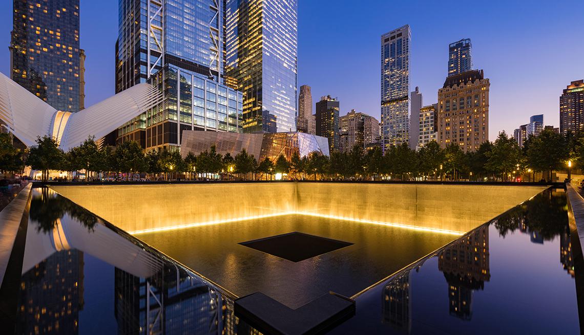 Piscina iluminada en el memorial del World trade Center