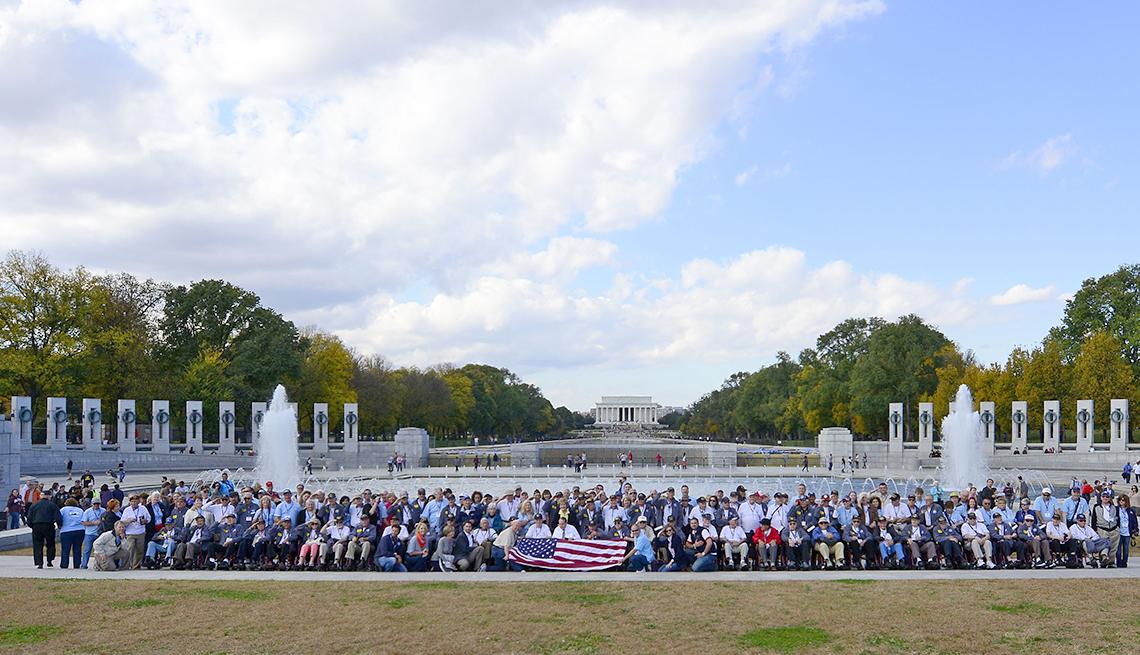 Veteranos del programa Honor Flight reunidos ante el monumento conmemorativo de la Segunda Guerra Mundial en Washington DC