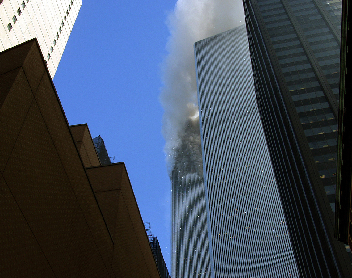 La torre norte del World Trade Center se quema después de que un avión se estrellara contra ella.