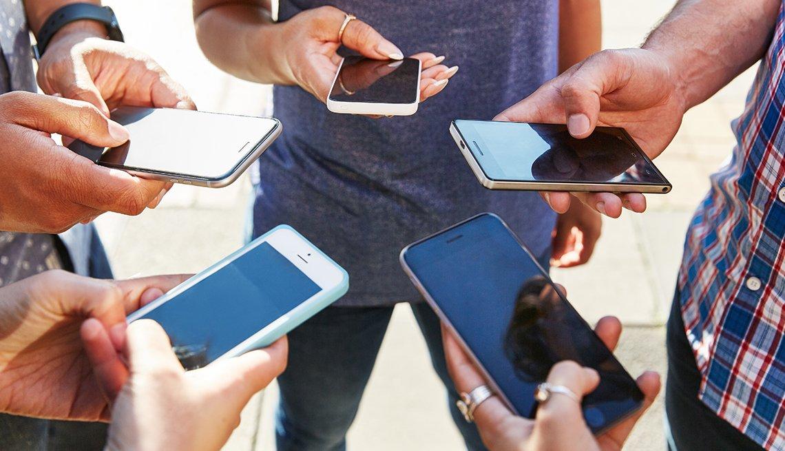 Grupo de personas utilizando sus teléfonos inteligentes