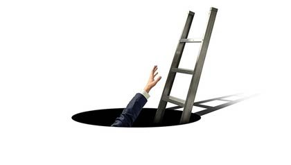 Persona tratando de agarrar una escalera para salir de un hueco - Recortes de Medicaid están siendo estudiados, mientras el Congreso se enfrenta a reducir el déficit.