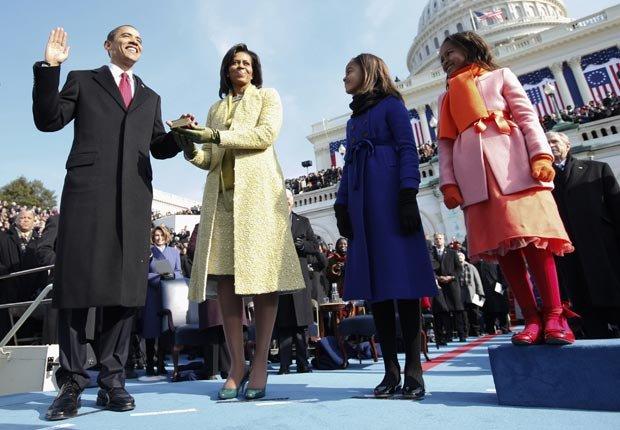 El presidente Barack Obama toma el juramento como el 44 º Presidente de los EE.UU., con su esposa, Michelle, a su lado en el Capitolio de EE.UU. en Washington, DC - Discursos de inauguración