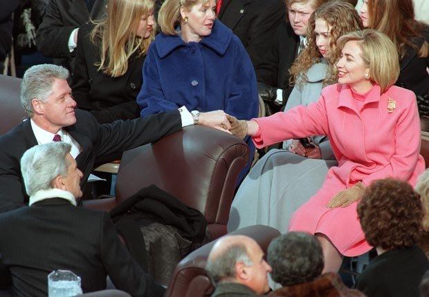 El presidente Bill Clinton y Hillary Clinton agarrados de la mano en 1997 - Discursos de inauguración