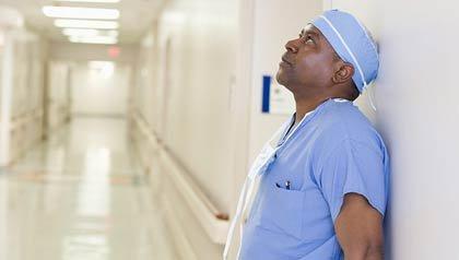 Cirujano mirando hacia arriba en el corredor de un hospital