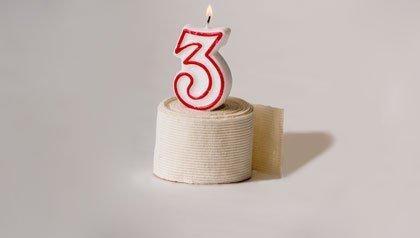 Un ponque con una vela de 3 años - Tres años de la ley de salud