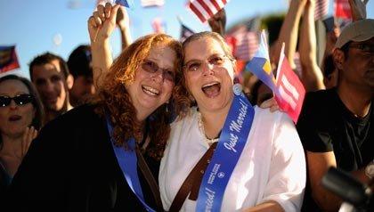 Californianos celebran el fallo de la Corte Suprema que revocó DOMA. ¿Qué derechos y beneficios para parejas del mismo sexo deberian tener después de DOMA?