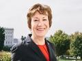 Senadora Susan Collins con el capitolio de fondo