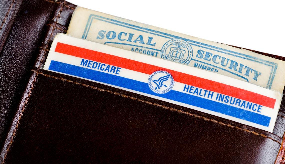 Billetera con las tarjetas del Seguro Social y Medicare