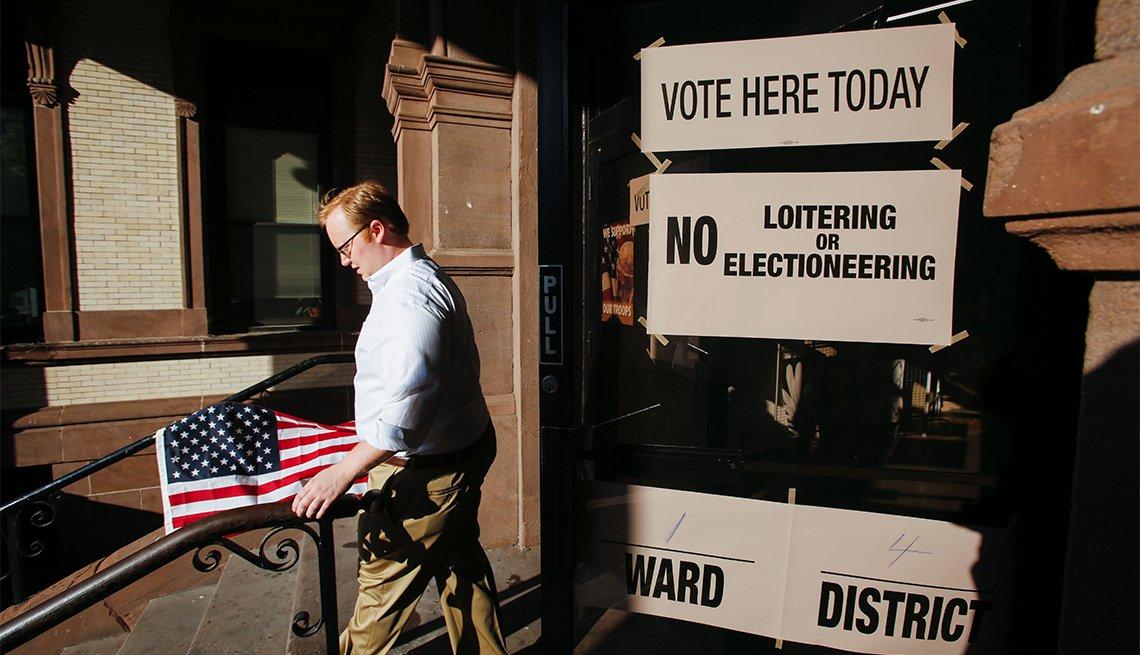 Votante con una bandera de Estados Unidos