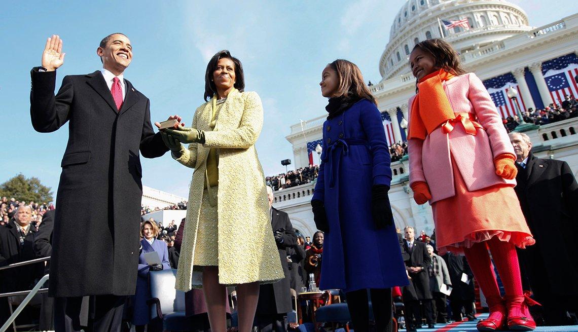 El presidente Barack Obama juramenta junto a su familia
