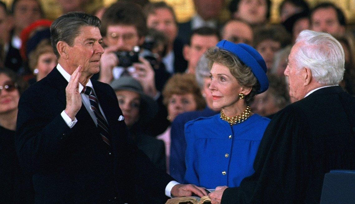 Presidente Ronald Reagan juramenta y junto a él su esposa, Nancy Reagan