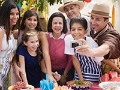 Familia celebrando el Mes Herencia Hispana