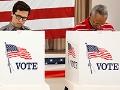 Dos personas ejerciendo su derecho al voto en las elecciones