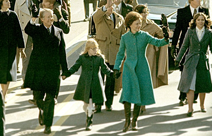 Jimmy Carter camina junto a su hija y su esposa