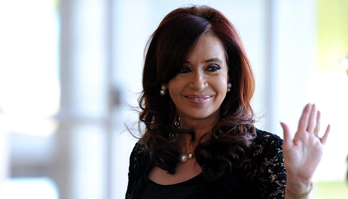 Cristina Fernandez de Kirchner ondea su mano en forma de saludo