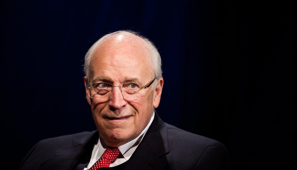 Portrado de hombros y cabeza de Dick Cheney contra una pared negra