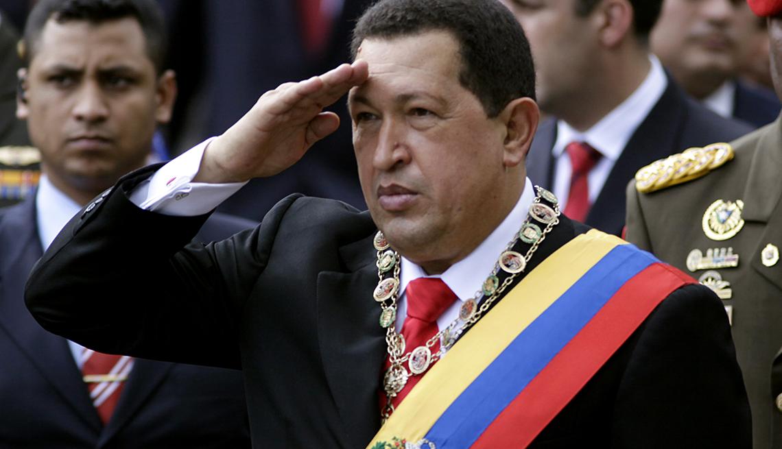 Hugo Chavez saludando con mano en la frente