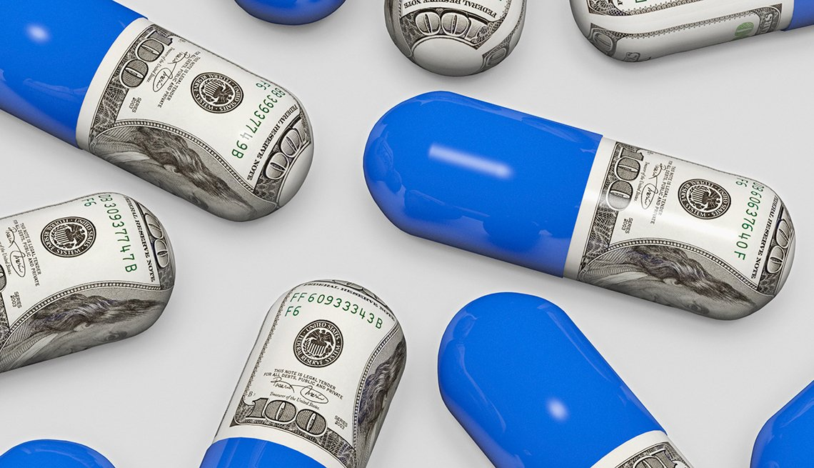 Píldoras medio envueltas en billetes de cien doláres