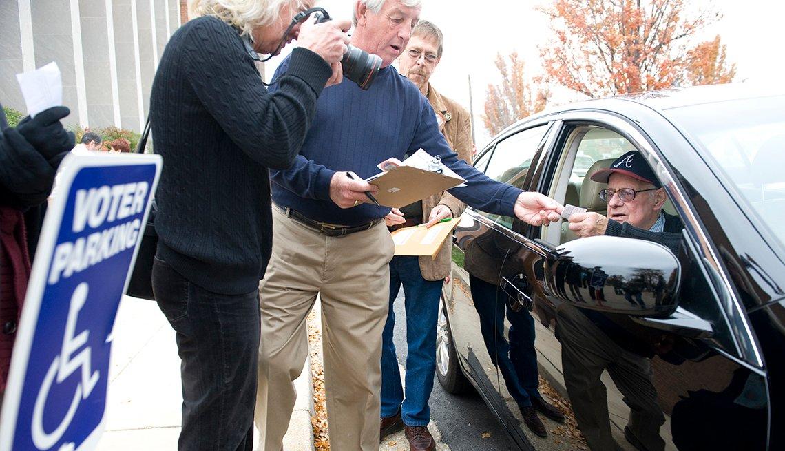 James Spittle, de 82 años, efectuó su voto desde su auto, con la ayuda del oficial electoral Karl Hess en Alexandria, Virginia.
