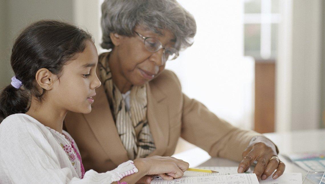 Abuela ayuda a su nieta con la tarea.