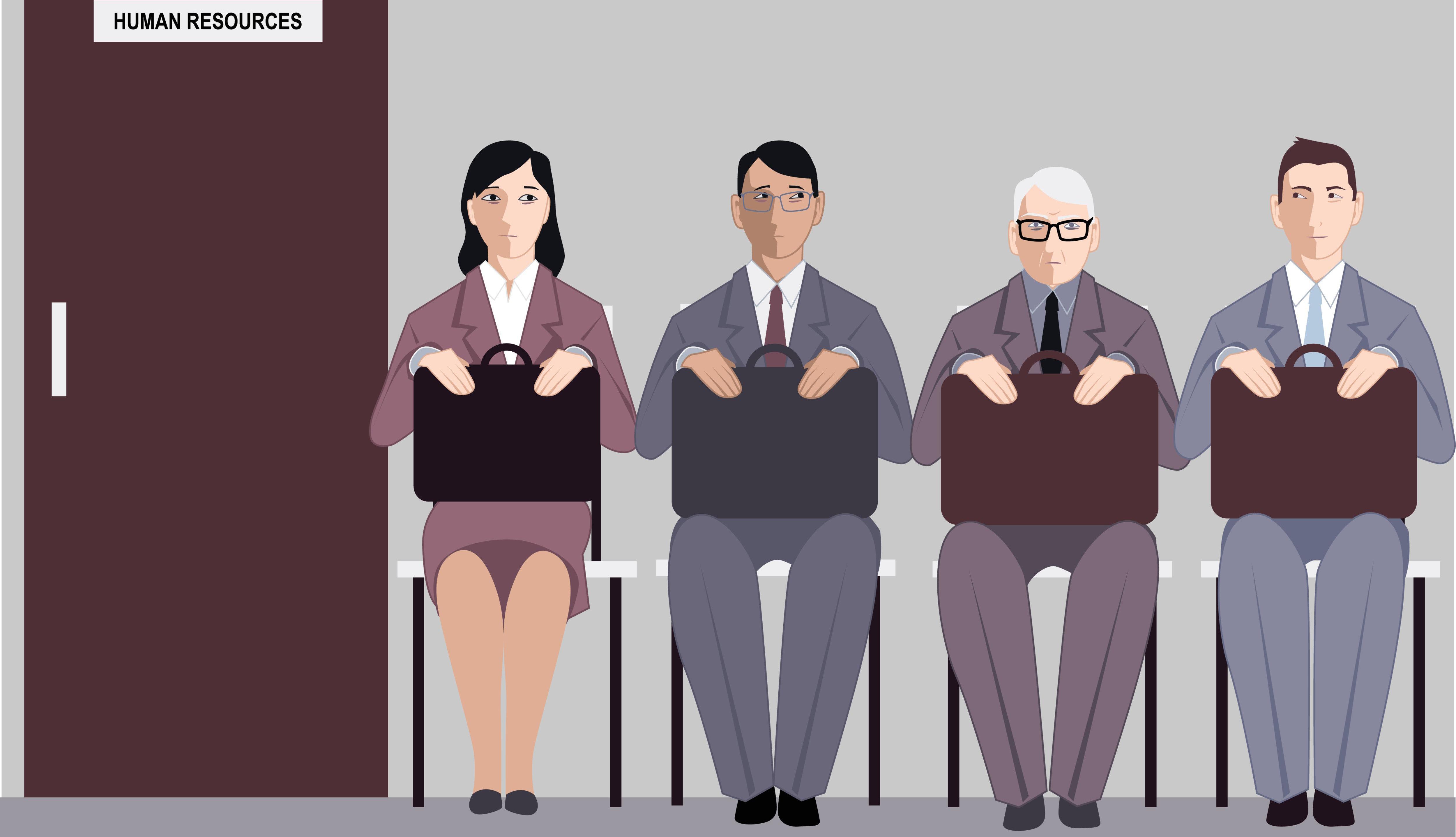 Hombre mayor esperando a ser entrevistado, entre otras personas de menor edad.
