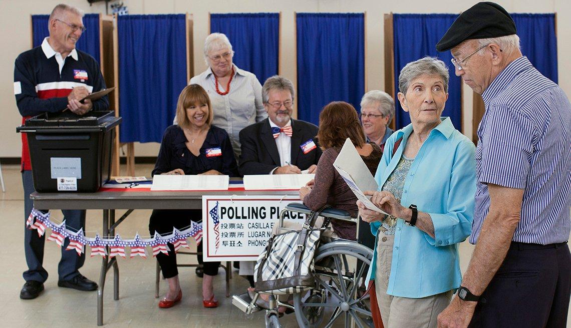 Grupo de adultos mayores en un centro de votación.