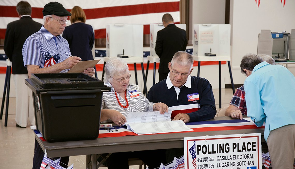 Un hombre está próximo a depositar su voto en un centro de votación.