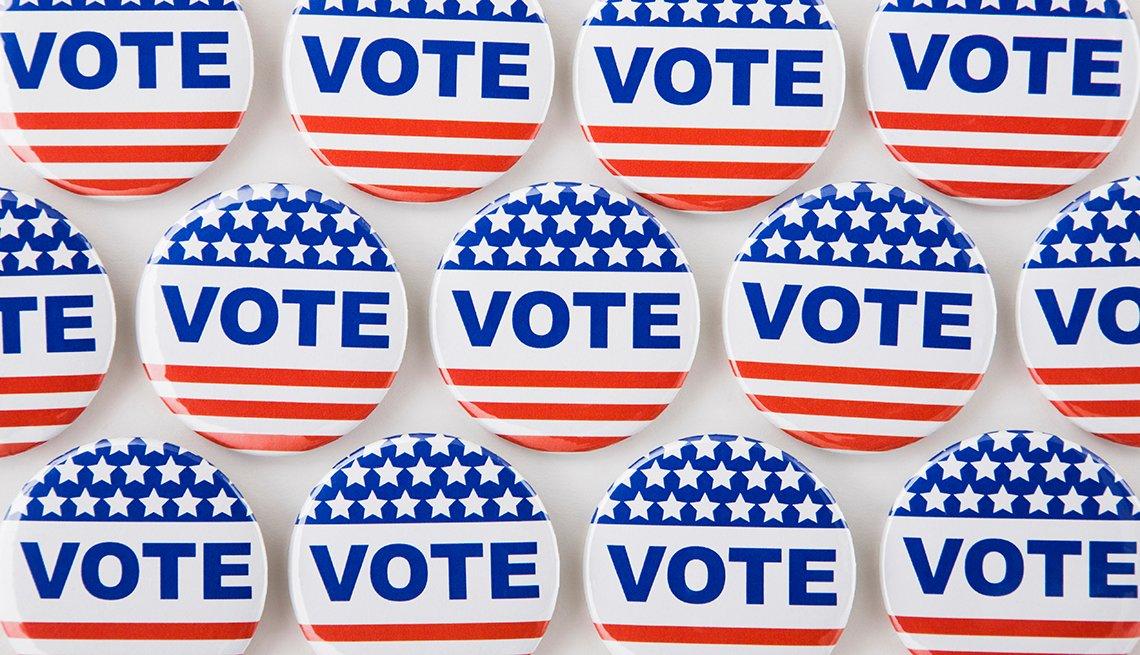 Botones con la palabra VOTE en rojo, blanco y azul