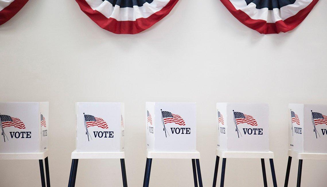 Puestos de votación con la bandera de Estados Unidos.