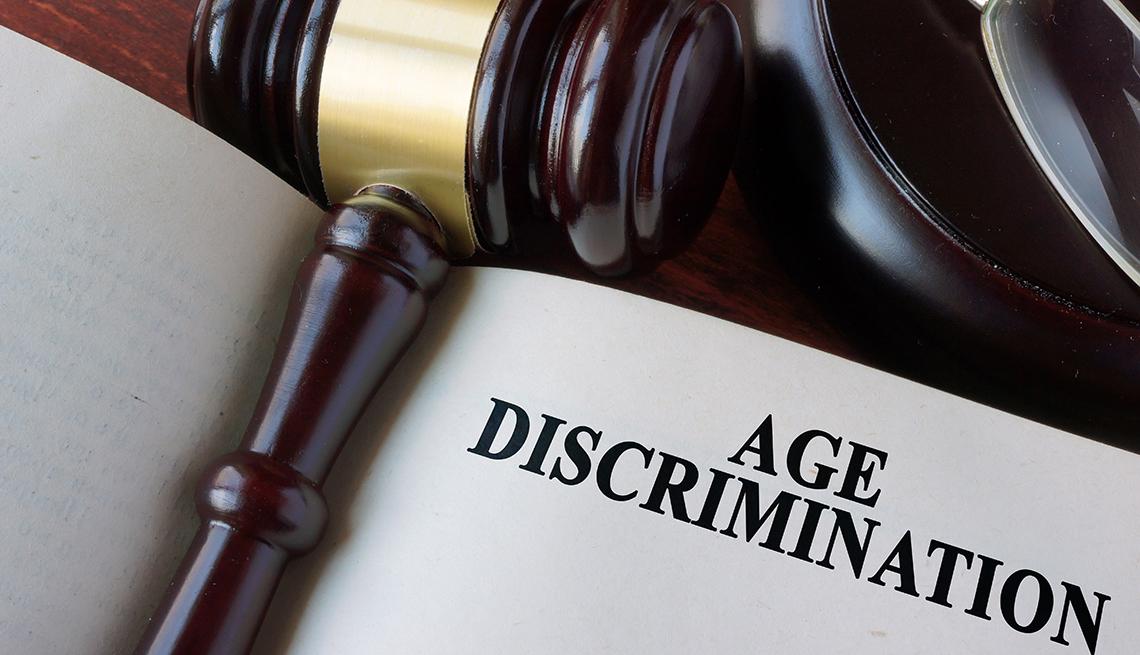Martillo en un libro con el título de discriminación por edad en inglés.