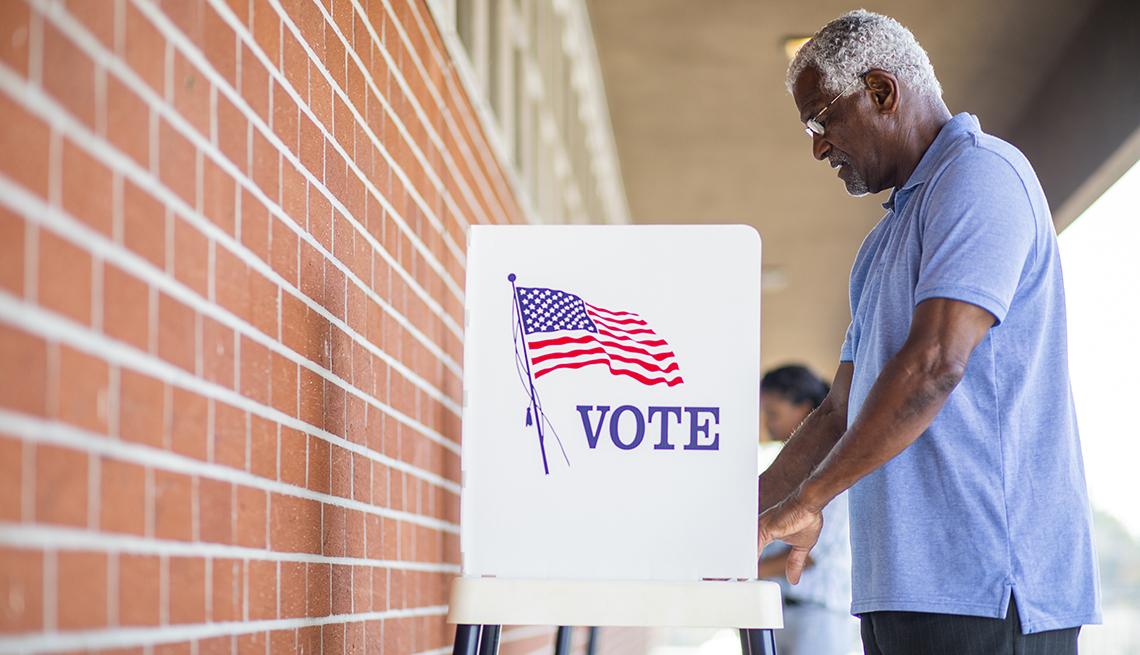 Un hombre ejerce su voto el día de las elecciones.