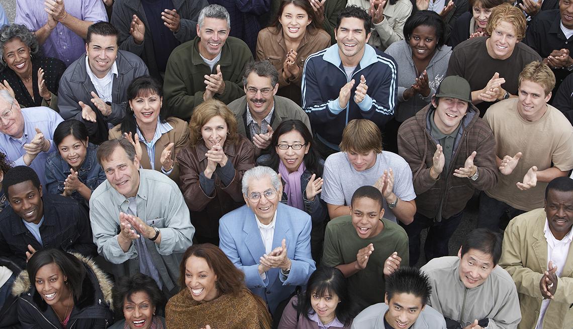 Grupo de personas aplaudiendo.