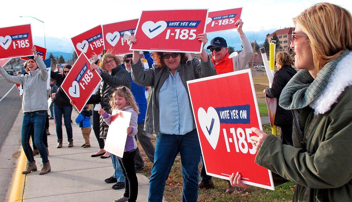 Partidarios de una iniciativa de la boleta electoral de Montana para extender el programa de expansión de Medicaid del estado.