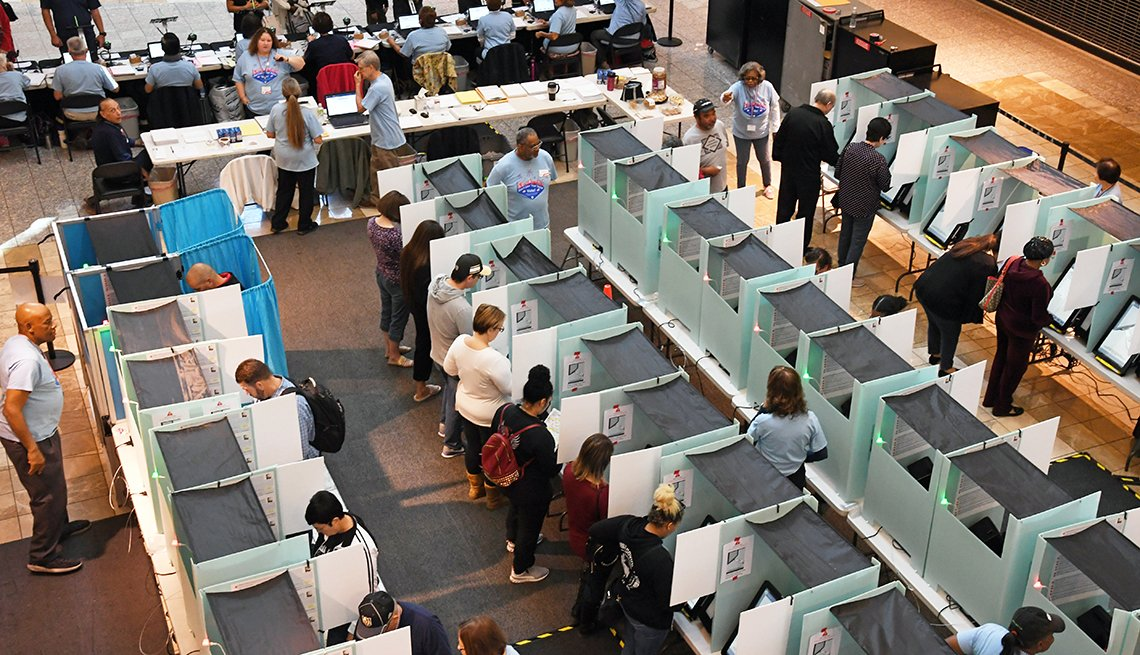 Personas votando en una sala de votación en Nevada.
