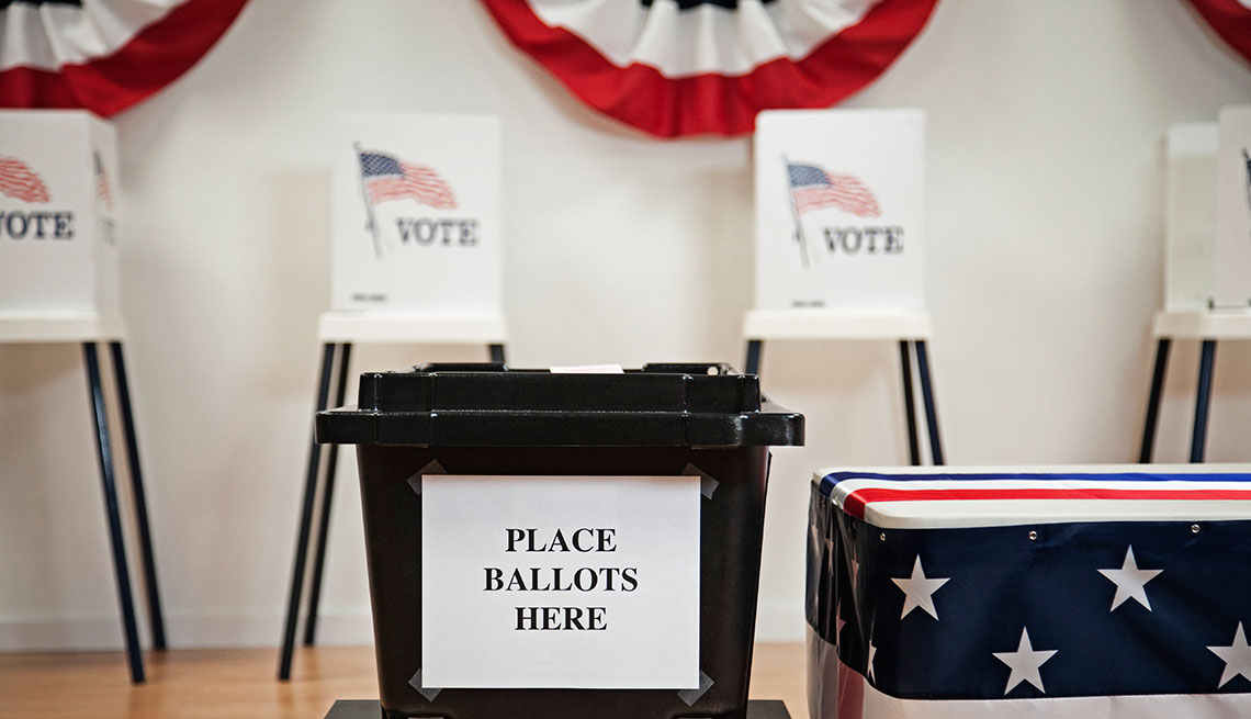 Urna de votación sobre una mesa.