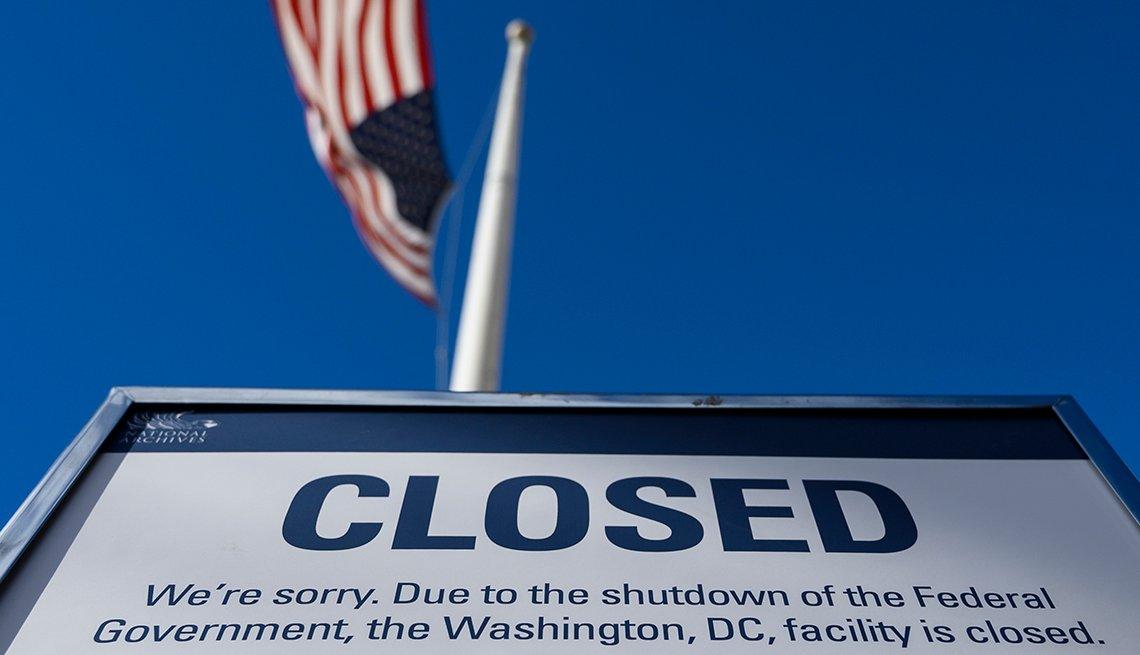 Letrero que anuncia el cierre de una entidad estatal