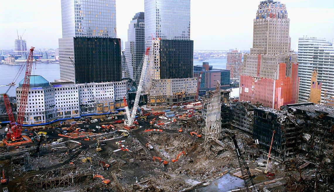 Máquinas de trabajo pesado trabajan en el World Trade Center en Nueva York.