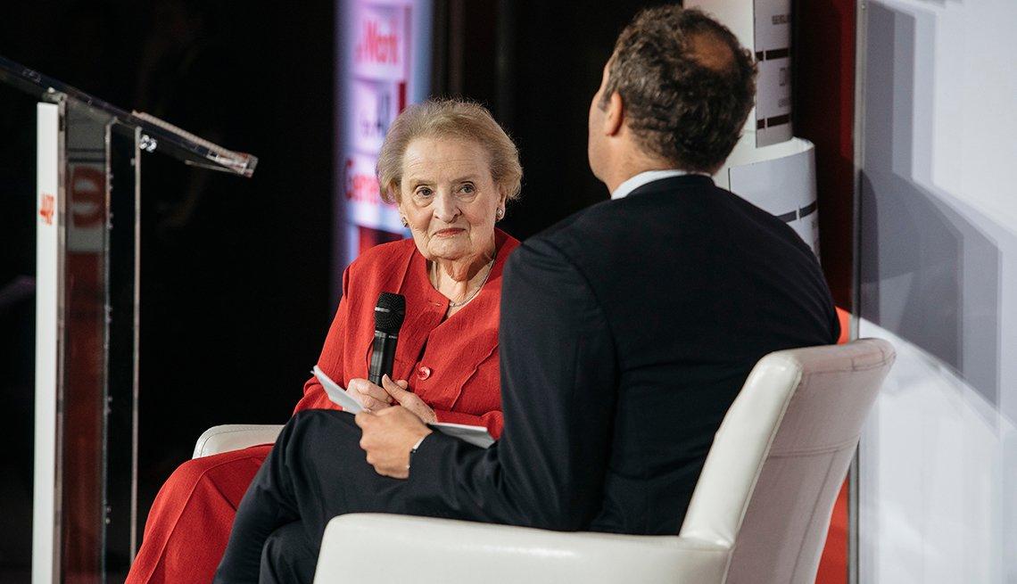 Madeleine Albright habla en una conferencia de AARP