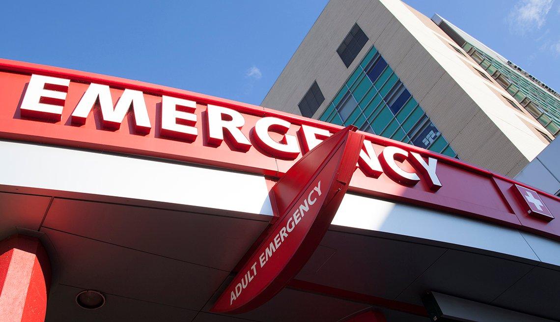 Letrero de emergencia frente a un hospital