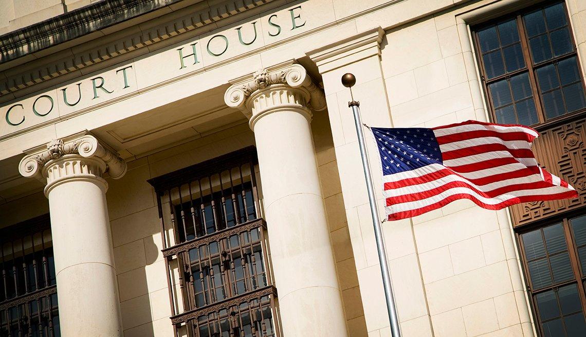 Bandera de Estados Unidos ondea en las afueras de un juzgado