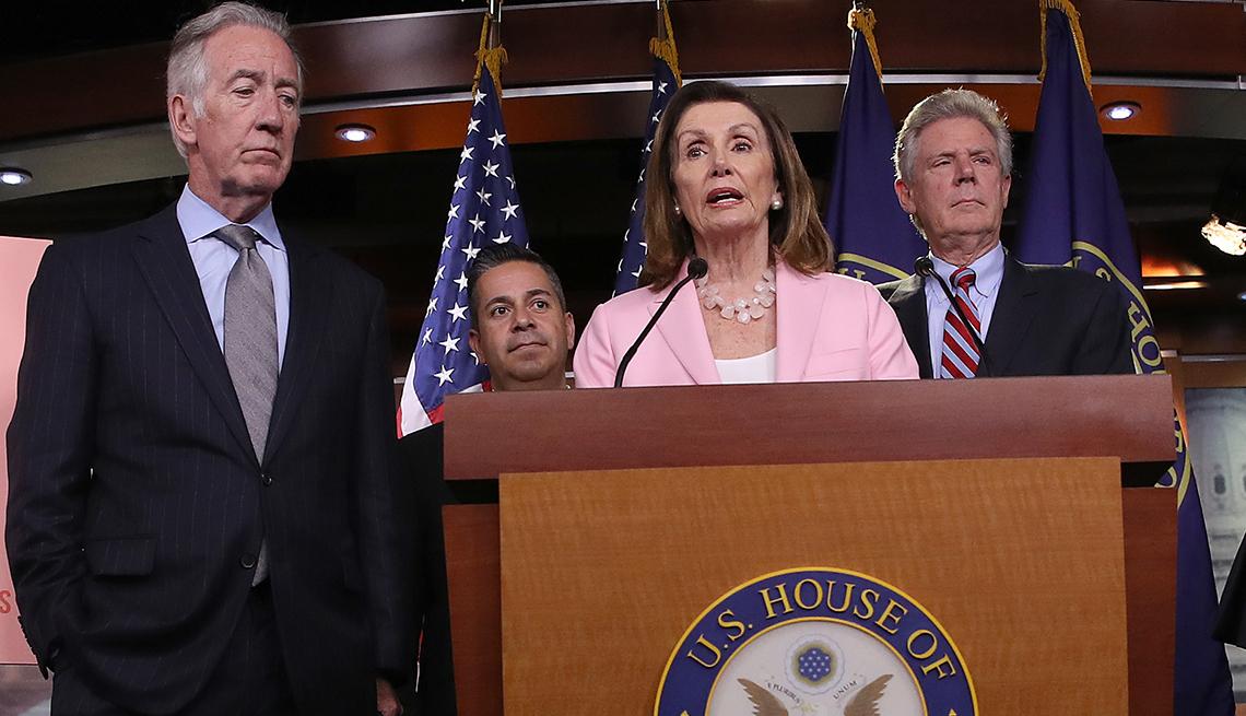 La presidenta de la Cámara de Representantes, Nancy Pelosi, responde a preguntas sobre su plan de medicamentos recetados