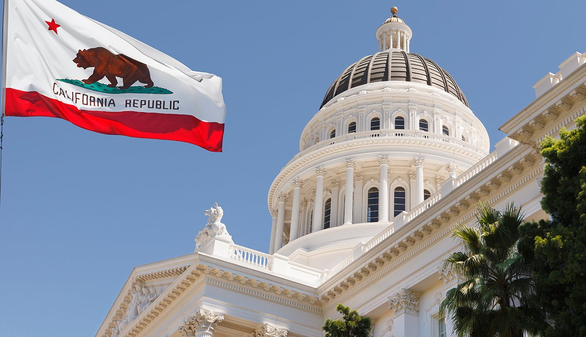Bandera ondea en el edificio del capitolio del estado de California