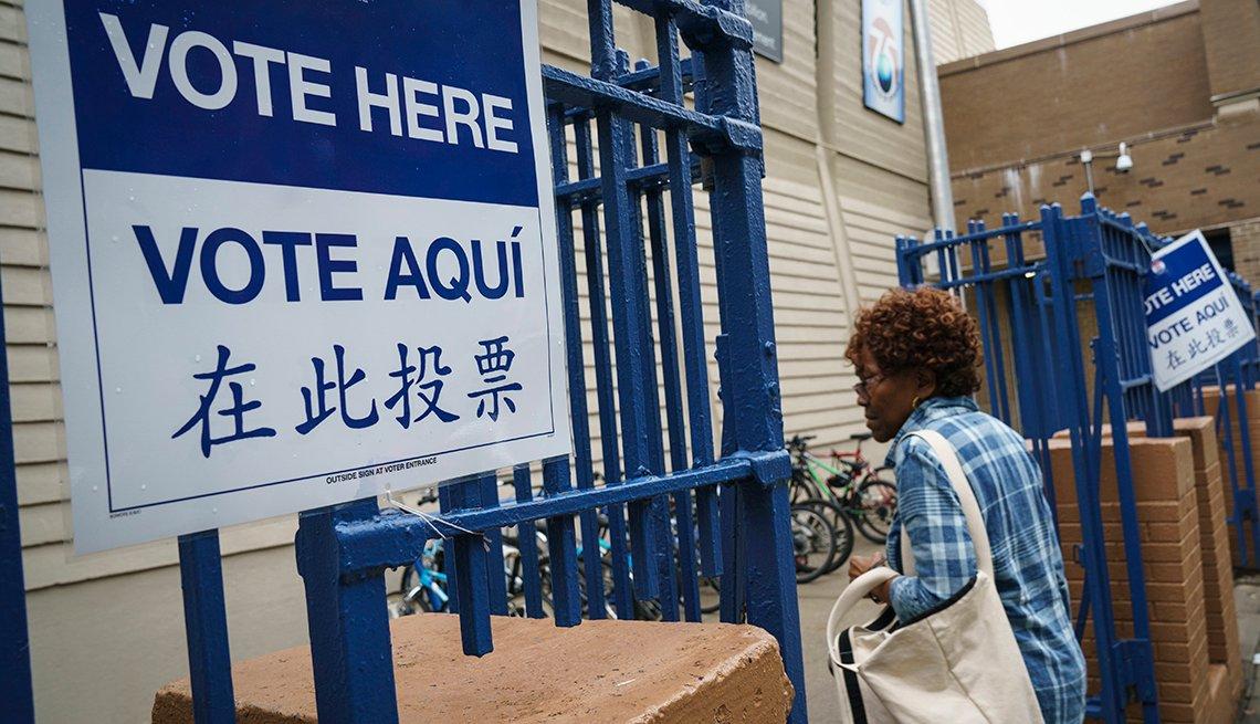 Una mujer entra a un centro de votación