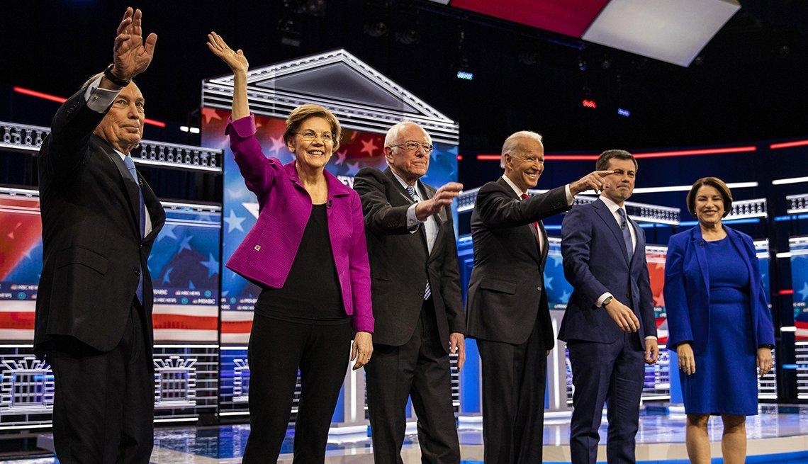 Candidatos a la nominación presidencial del partido demócrata en el escenario de debate en Las Vegas, Nevada.