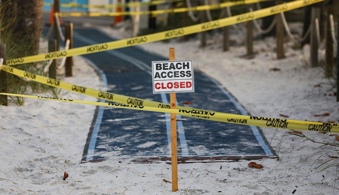 Un letrero en inglés advierte que la playa está cerrada