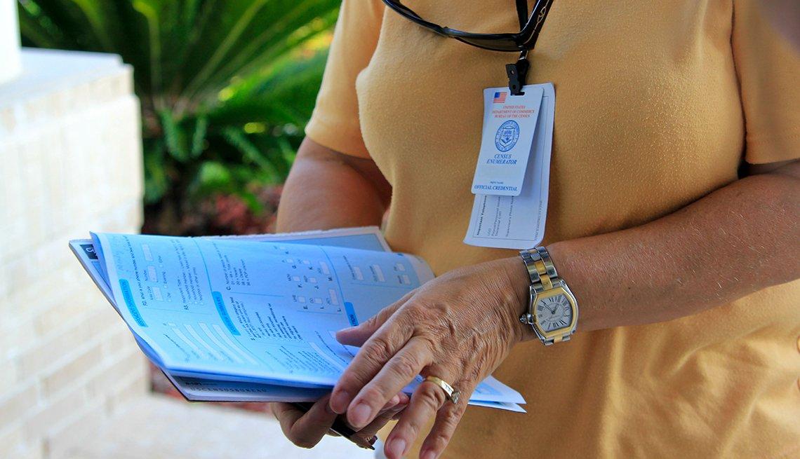 Trabajadora del censo sostiene en sus manos unos formularios